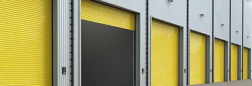 La porte du garage représente un élément essentiel dans l'esthétique générale d'une maison. Mais d'autres paramètres plus techniques s'imposent également.